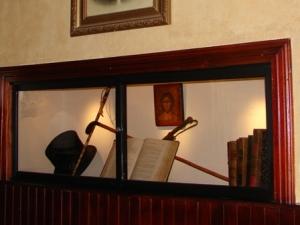 En un lugar de la casa se mantiene un rincón con algunas pertenencias de Heleodoro Araujo. Entre ellas: libros de leyes.