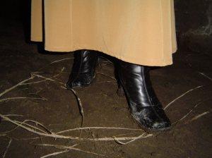 Le hizo señas para continuar. A medida que Lola caminaba, removía la tierra, la cual expedía un olor fétido.