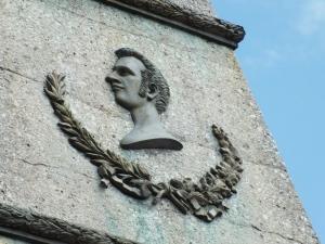 Detalle de la pirámide conmemorativa por el Combate de Riobamba.