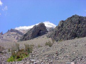 La cueva en el fondo es el Templo Machay. A la lejanía no se percibe su majestuosidad.