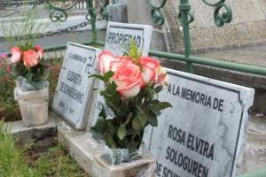 Las lápidas originales fueron sustraídas.