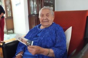 Doña Victoria, de 102 años, sostiene en sus manos la foto de Herbert, el padre de sus hijos