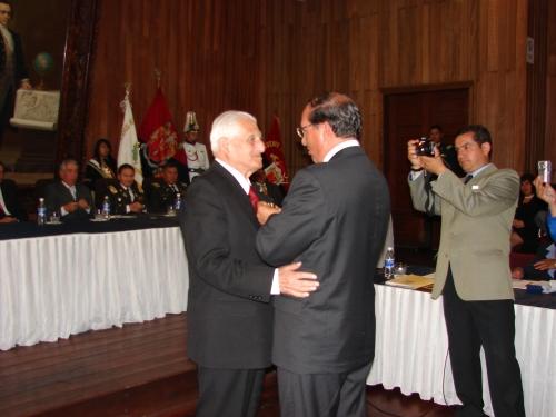 El Concejo Cantonal de Riobamba lo condecoró al cumplir 50 años de ejercicio periodístico.
